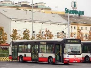 Autobus č. 123 čeká na své cestující v obratišti Na Knížecí