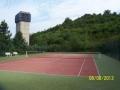 Krásný tenisový kurt uprostřed zeleně