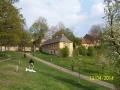 Hodně zdálky uprostřed svěží jarní zeleně vypadá Cibulka ještě dobře