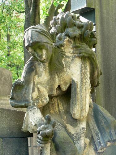 Umělci mívají při svých hrobech hodnotné plastiky. (zdroj: Smíchov.blog.cz)