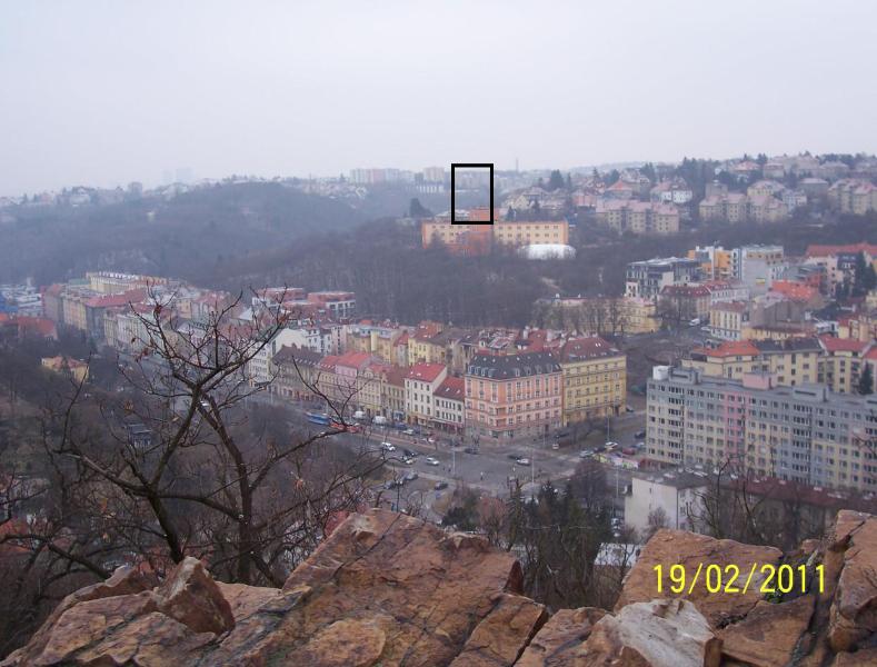 """A asi takto by se mohl komplex 7patrových budov na horizontu města """"vyjímat"""". Pohled je z protější Skalky (autor: Drahomír Bárta, 19. 2. 2011)"""