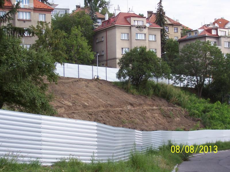 Plechové ohrady zohyzdily kraj (8. 8. 2013)