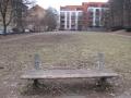 Poničená lavička v zanedbaném v parku (autor: Markéta Fléglová, březen 2013)