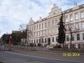 Krásná novorenezační budova školy bude mít velmi arogantního souseda. (autor: Drahomír Bárta)