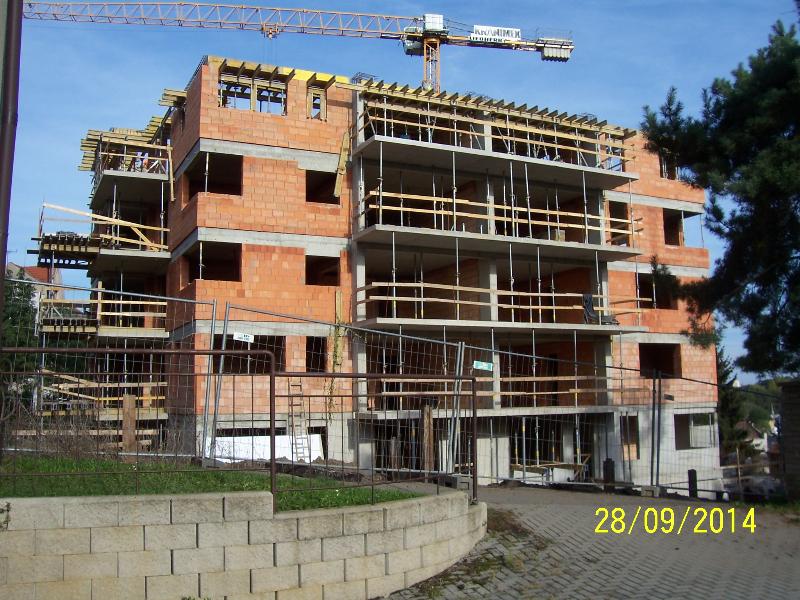 Horní budova. Už je dost vysoká, ale chybějí ještě 2 patra (autor: Drahomír Bárta, 28. 9. 2014)