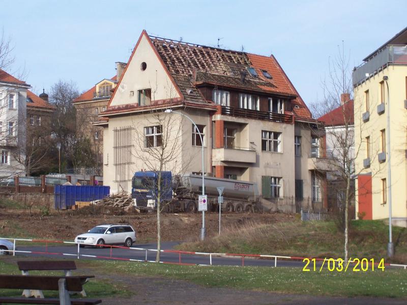 Developer zahájil demolici původní elegantní vily (autor: Drahomír Bárta, 21. 3. 2014)