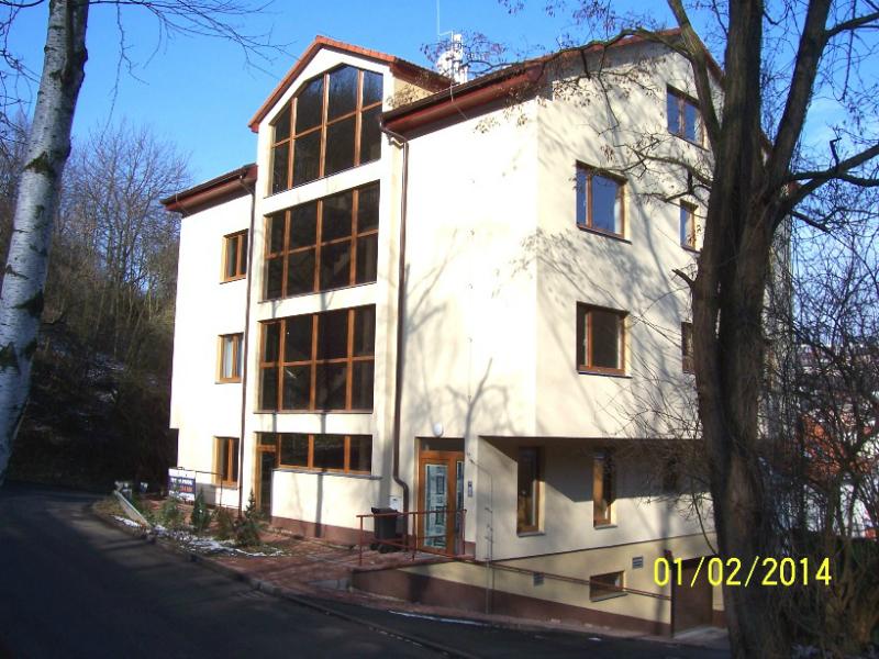 Rezidence Na Popelce vyplňuje oblouk silnice tak, že na chodník už nezbývá místo (autor: Drahomír Bárta 1. 2. 2014)