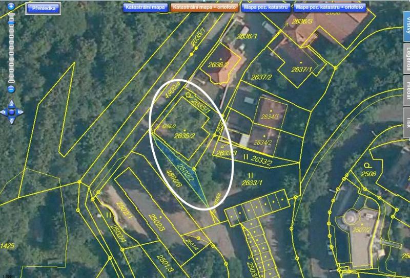Mapka z Katastru nemovitostí ukazuje stísněné poměry na stavební parcele.