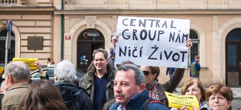 Demonstrace před jednáním zastupitelstva (14. 4. 2016)