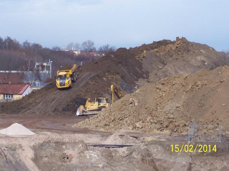 Veliká hora vykopané hlíny (autor: Drahomír Bárta, 15. 2. 2014)