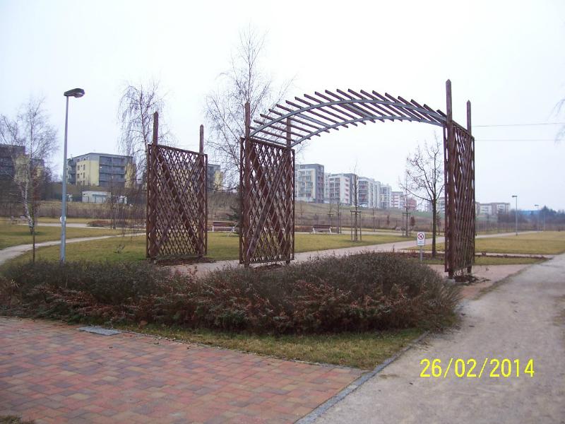 """Vchod do parku """"Na Prameništi"""" (autor: Drahomír Bárta, 26. 2. 2014)"""